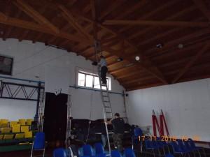 Nella foto, in alto: c'è da sistemare gli impianti di luce e audio.