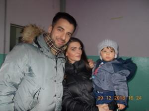Nella foto, in alto: arriva Andy Manero con la famiglia
