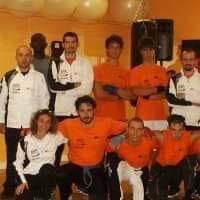 Nella foto, in alto: Nadir con i compagni di kickboxing
