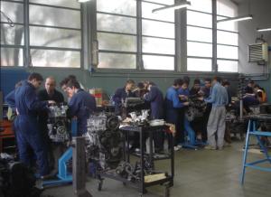 Nella foto, in alto: a scuola di meccanica (foto di repertorio)