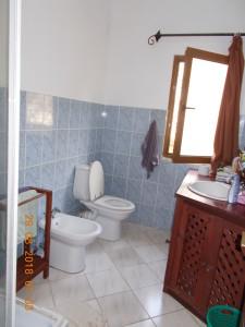 Nella foto, in alto: il bagno