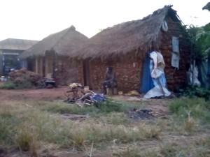 Nella foto, in alto: le tipiche capanne africane