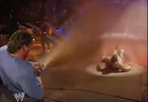 Nella foto, in alto: Eddie Guerrero annaffia Big Show con il letame