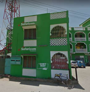 Nella foto, in alto: tipico edificio Safaricom, dappertutto in Africa