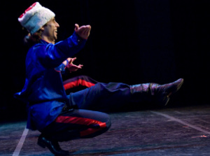 Nella foto, in alto: danzatore russo di Barynya