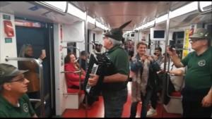 Nella foto, in alto: la metropolitana di Milano invasa di alpini