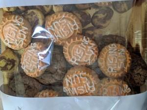 Nella foto, in alto: biscotti con lo stemma della Rising Sun