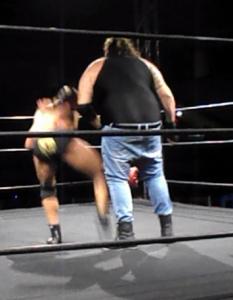 Nella foto, in alto: Kronos spera di ottenere la cintura per evitare che gli caschino i calzoni?