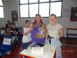 Nella foto, in alto: tra un match e l'altro, il piccolo Mattia e la sua mamma riforniscono lo staff di torte bellissime e buonissime
