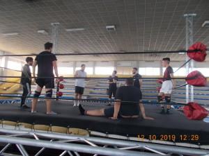 Nella foto, in alto: Andres Diamond immerso nel suo stage ai ragazzi