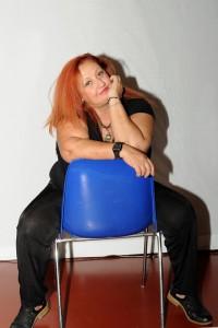 Nella foto, in alto: Erika Corvo. Scrittrice, autrice, cantante, attrice e tante altre cose.