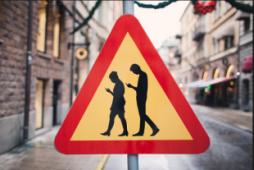 nell'immagine un cartello stradale che indica attenzione zombie