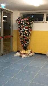 Nella foto, in alto: un albero di Natale davvero creativo