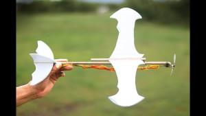 Nella foto, in alto: un aeroplanino con propulsione ad elastico