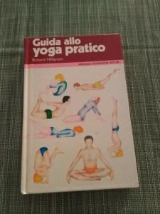 nell'immagine sopra il libro che mi insegnò lo yoga