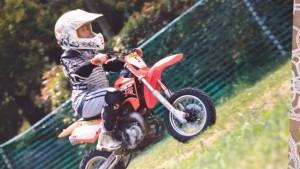 Nella foto, in alto: Yutaka sulla mini moto