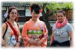 Nella foto, in alto: Patrizia in Giappone - Kyoto - con l'amica del cuore.