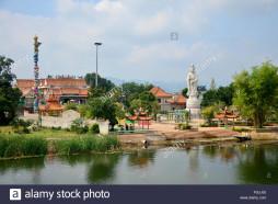 il-tempio-cinese-con-guan-yin-statua-al-riverside-di-del-fiume-kwai-su-dicembre-3-2015-in-kanchanaburi-thailandia-fgjj0j
