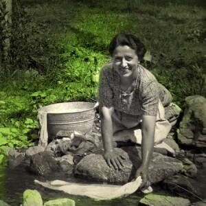 DETERSIVO - Due tipi di Miral - Usate per il bucato in acque calcaree 'Miral marca S', in acque dolci 'Miral per bucato' bucato perfetto in tutta Italia! Messaggio pubblicitario della casa produttrice di detergenti Mira Lanza, 1954