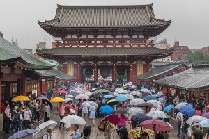 1200px-Hozomon_with_visitors_under_their_umbrellas,_a_rainy_day_in_Tokyo,_Japan